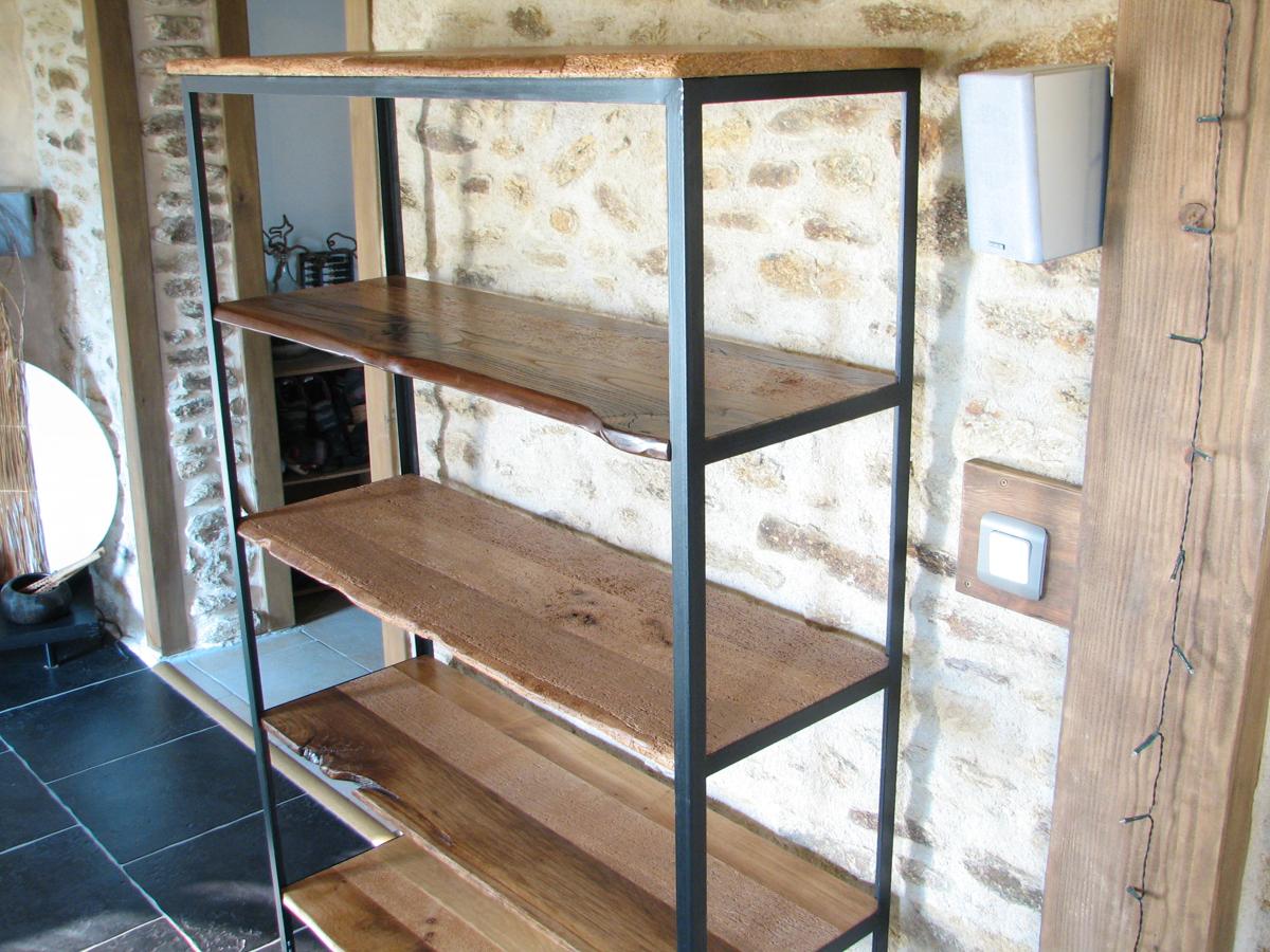 Meuble à étagères en métal soudé et vieux bois massif