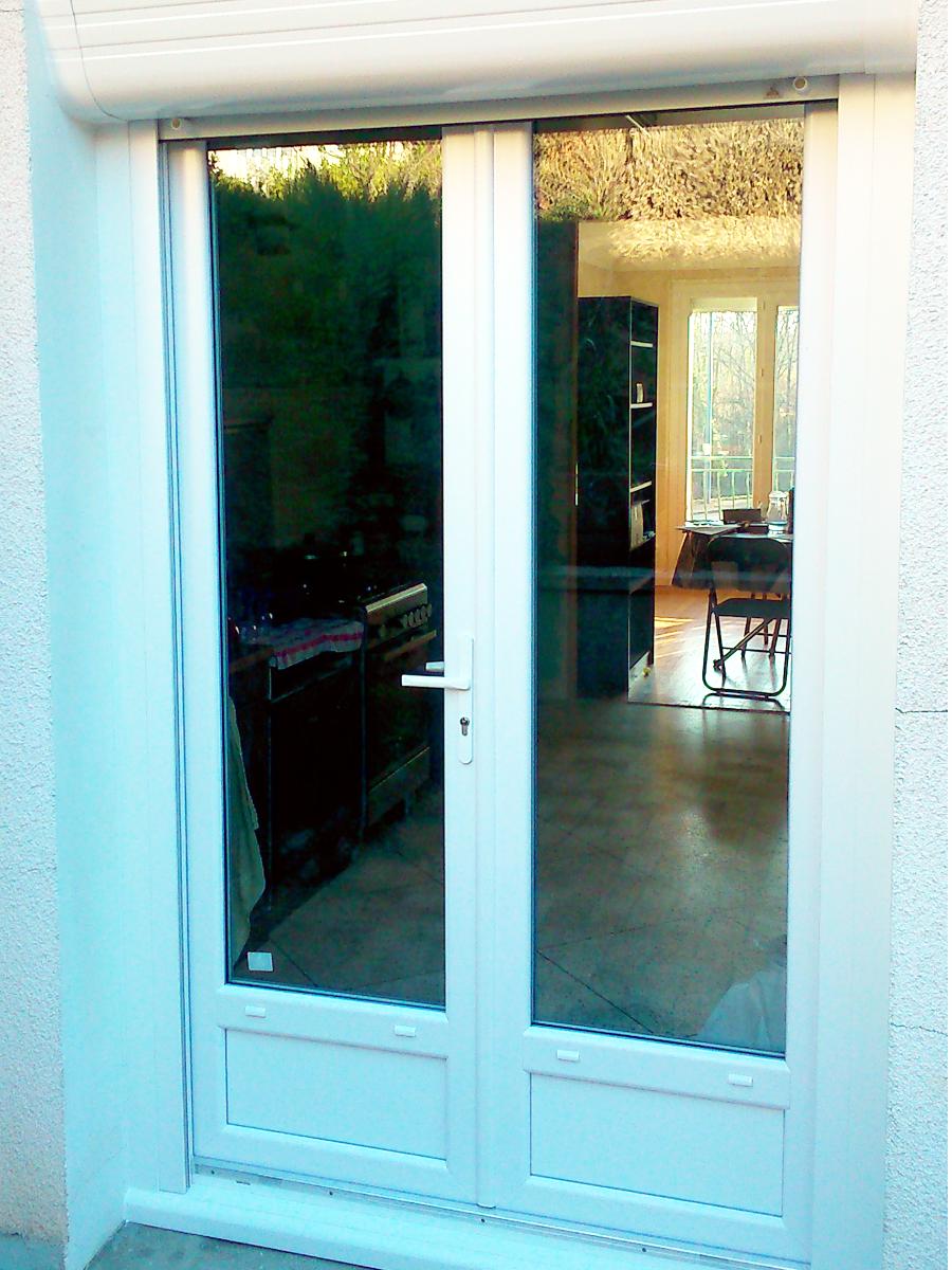 Porte fenêtre PVC avec volet roulant intégré, pour une rénovation parfaite.
